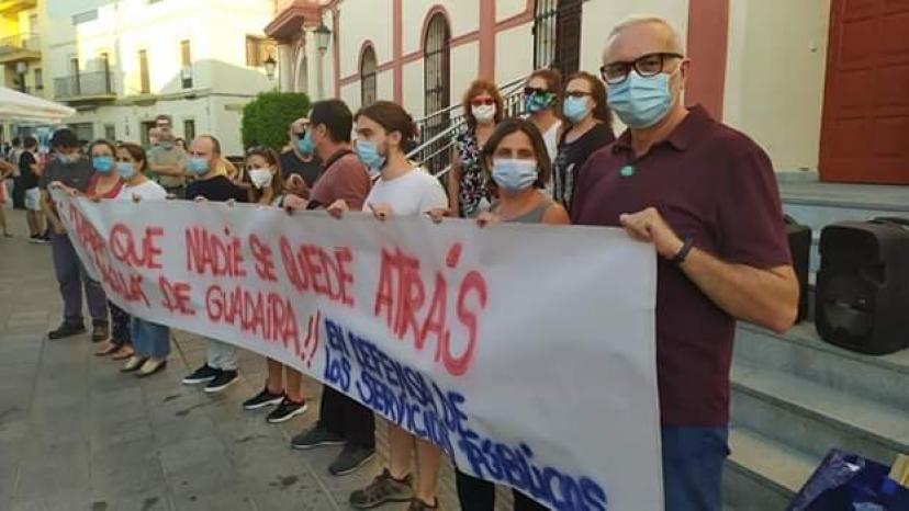 Alcalá de Guadaíra: Un centenar de personas participa en la concentración 'Para que nadie se quede atrás'