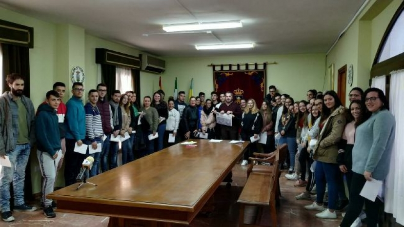 Aznalcóllar: Entrega de becas a estudiantes del municipio