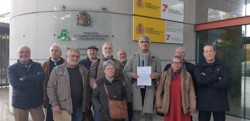"""IU Sevilla entrega un escrito a la Seguridad Social para recabar información sobre  """"La Hucha"""" de las Pensiones"""