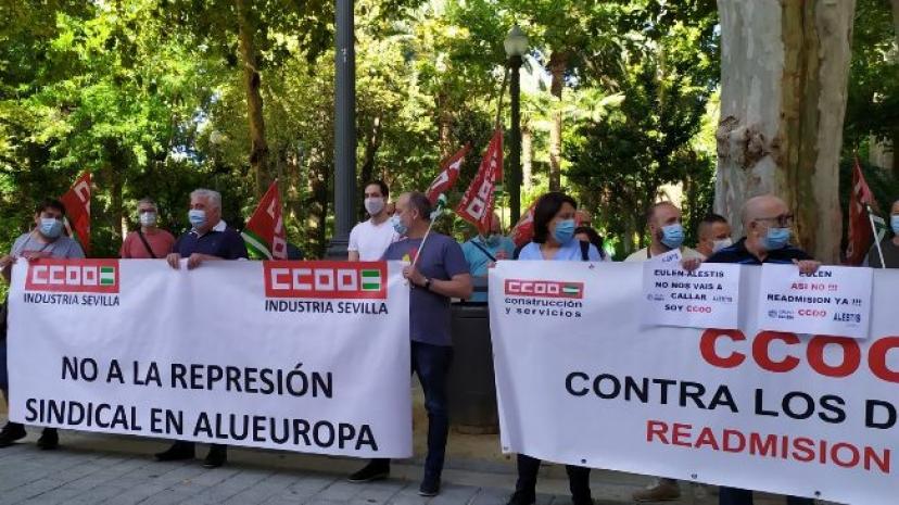 Manuel Lay asiste a la concentración 'La represión sindical también es un virus' convocada por CC.OO. Sevilla