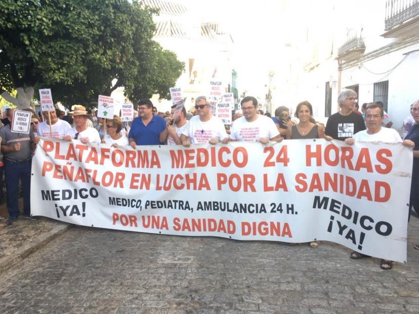 Manifestación en Peñaflor en demanda de un médico 24 horas
