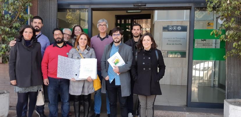 IU presenta casi 5.000 firmas recogidas dentro de la campaña en la Comarca de Los Alcores, por una línea regular de autobuses